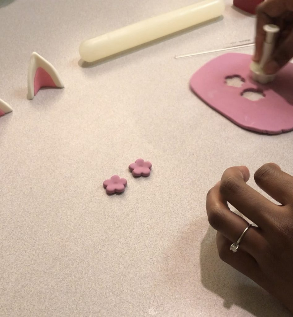 how to cut out fondant flowers.