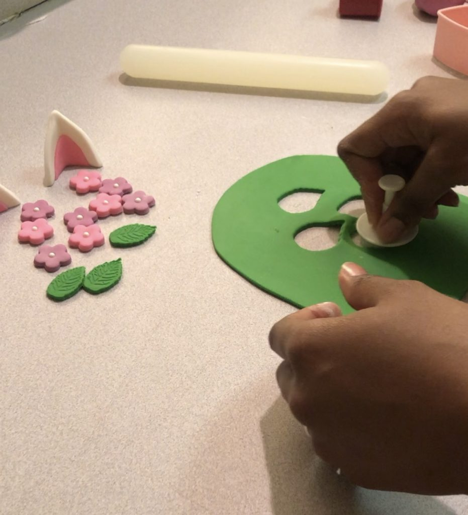 how to cut out fondant leaves.