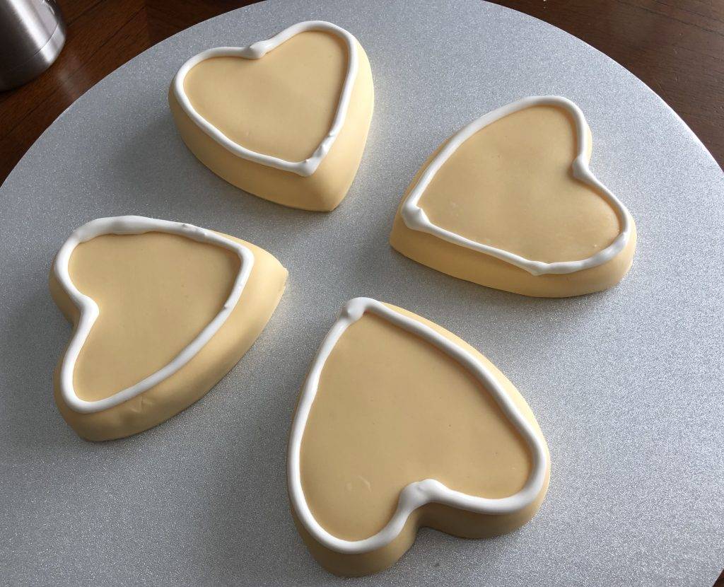 outlining a sugar cookie with royal icing